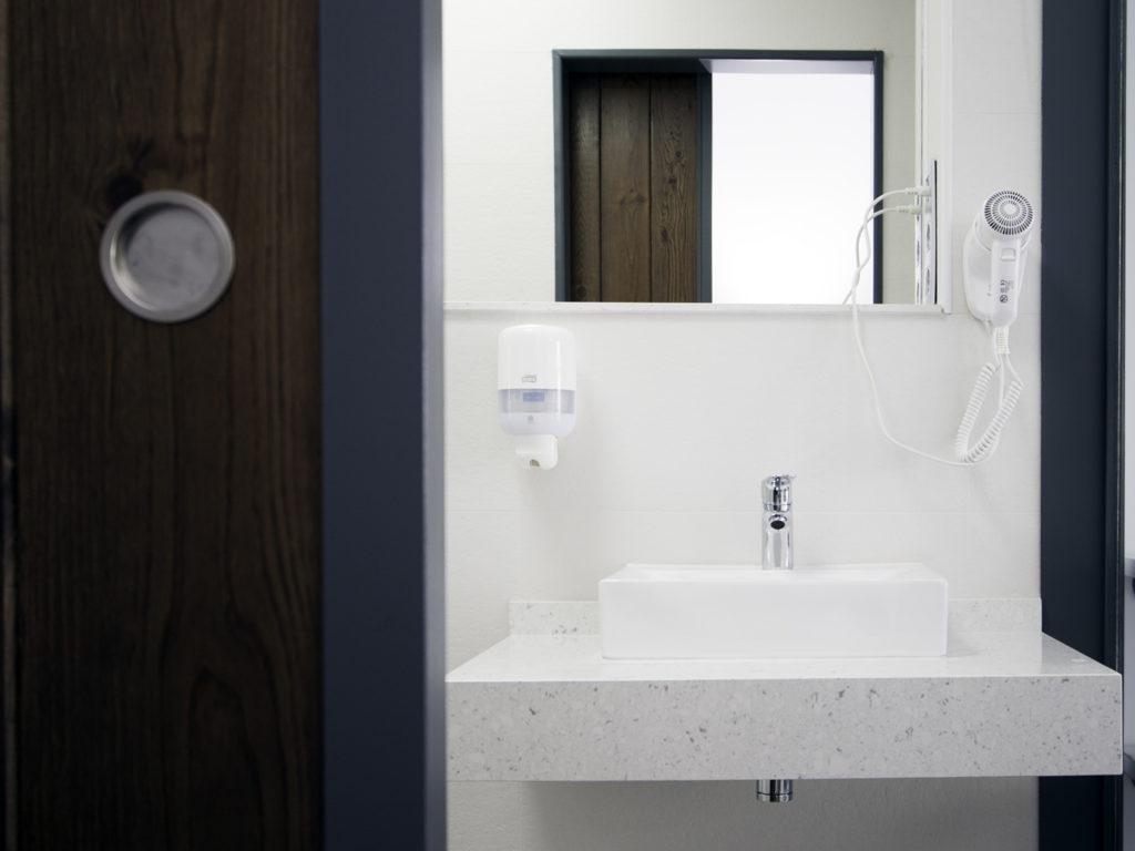 Baño reformado en habitación doble muy amplia con vistas al mar en Agua Amarga, Almería, Hostal La Palmera