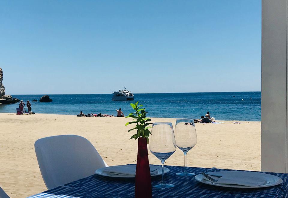 Restaurante la palmera, con vistas a la playa de agua amarga